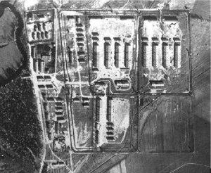 """1944 m. JAV žvalgybos padaryta Macikų karo belaisvių stovyklos """"Stalag Luft VI Heydekrug"""" topografinė nuotrauka."""