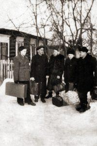 Nuotraukoje su lagaminais Arnoldas pirmas iš kairės šalia jo tėvas.