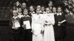 Konfirmacijos nuotraukoje Arnoldas pirmas iš kairės, už berniukų trečioje eilėje kun. Jonas Kalvanas.